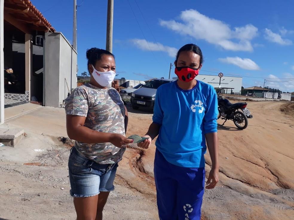 Aparecida e Fernanda no momento em que o dinheiro foi devolvido, no ES — Foto: Arquivo Pessoal