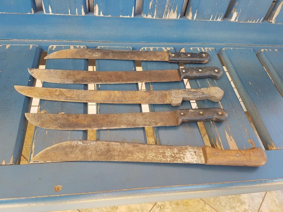 Facões usados pelos índios também foram apreendidos durante a operação (Foto: PRF/Divulgação)