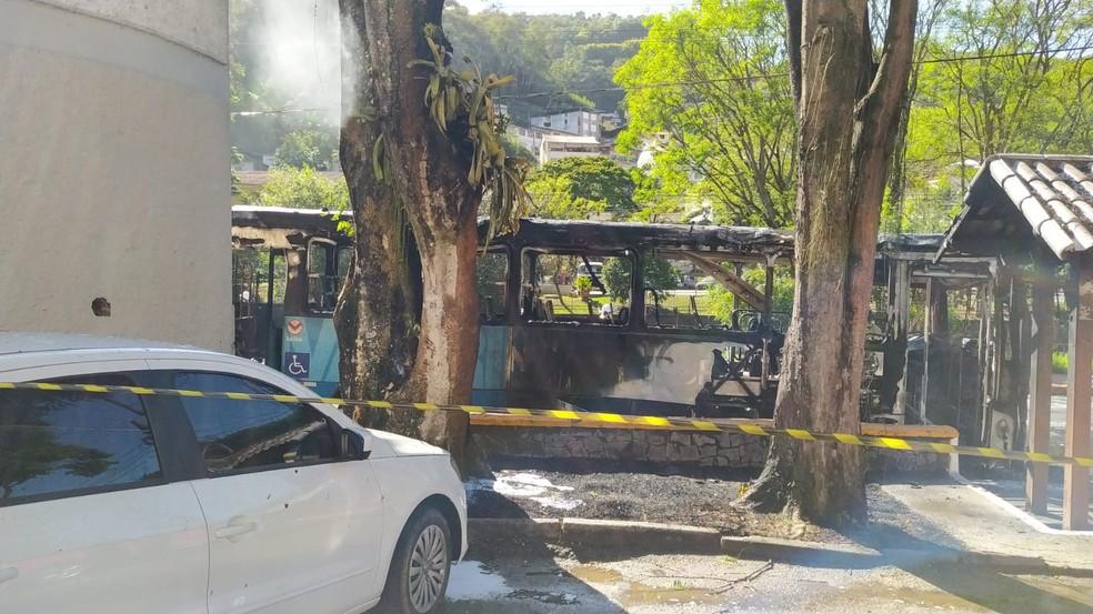 Ônibus ficou completamente destruído após pegar fogo em Nova Friburgo, no RJ — Foto: Ádison Ramos/Inter TV