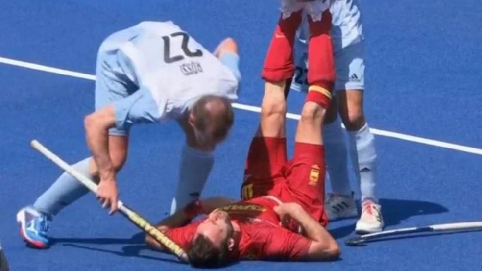 Lucas Rossi, da Argentina, acerta taco na cabeça do espanhol David Alegre, no hóquei — Foto: Reprodução