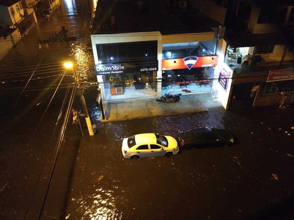 Alagamento na Avenida Jair de Andrade, em Itapoã, Vila Velha, na noite desta segunda-feira (5) (Foto: Zender Paulo/VC no ESTV)