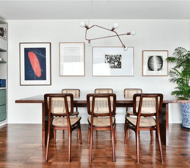 SALA DE JANTAR | A mesa e as cadeiras já estavam no apartamento. Pendente da Cristiana Bertolucci Estúdio.  (Foto: Sidney Doll/Divulgação)