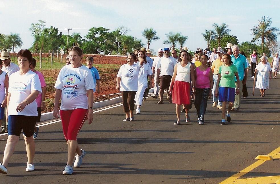 Atividade física de idosos deve incluir musculação, exercícios aeróbicos e de equilíbrio — Foto: https://upload.wikimedia.org/wikipedia/commons/4/4f/Caminhada_idosos.png
