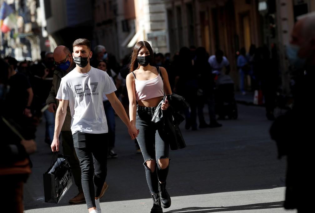 Pessoas caminham pela Via del Corso, em Roma, na Itália, em foto de 24 de abril de 2021 — Foto: Remo Casilli/Reuters