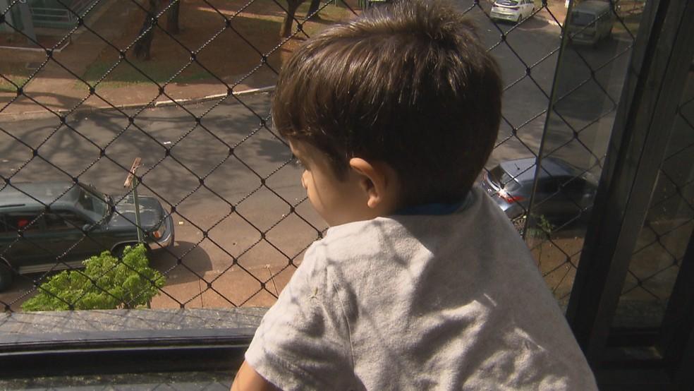 Criança na janela, com grade de nylon — Foto: Reprodução/TV Globo