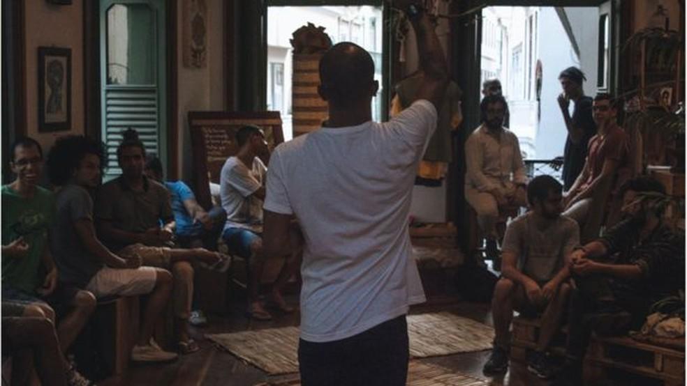 O professor carioca organiza rodas de conversa com homens comuns, de diversos perfis, para discutir masculinidades — Foto: Esdon Jonathan/BBC