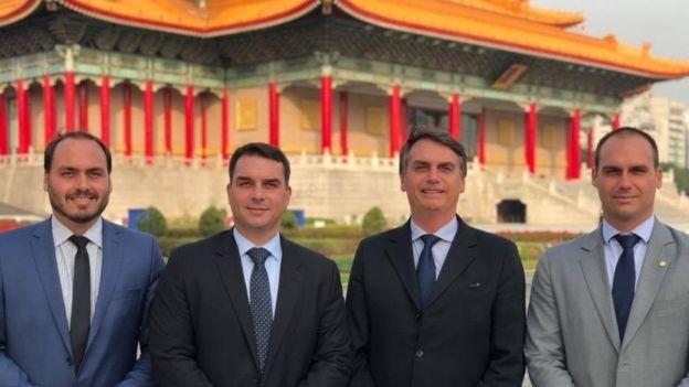 Carlos, Flávio, Jair e Eduardo Bolsonaro em visita a Taiwan, em março de 2018 (Foto: Reprodução/Facebook bia BBC)