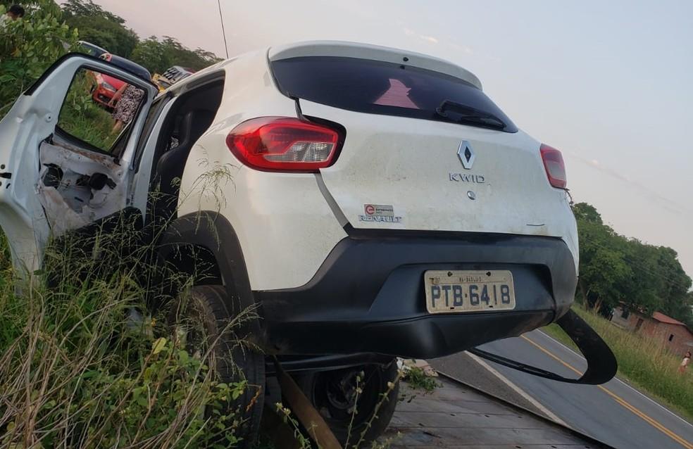 Veículo saiu da pista e foi parar entre arbustos nas margens da BR-316 — Foto: Divulgação/PRF