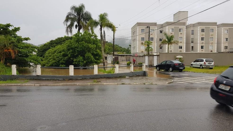Transbordamento de ria atinge via em Balneário Camboriú — Foto: Defesa Civil/ Divulgação