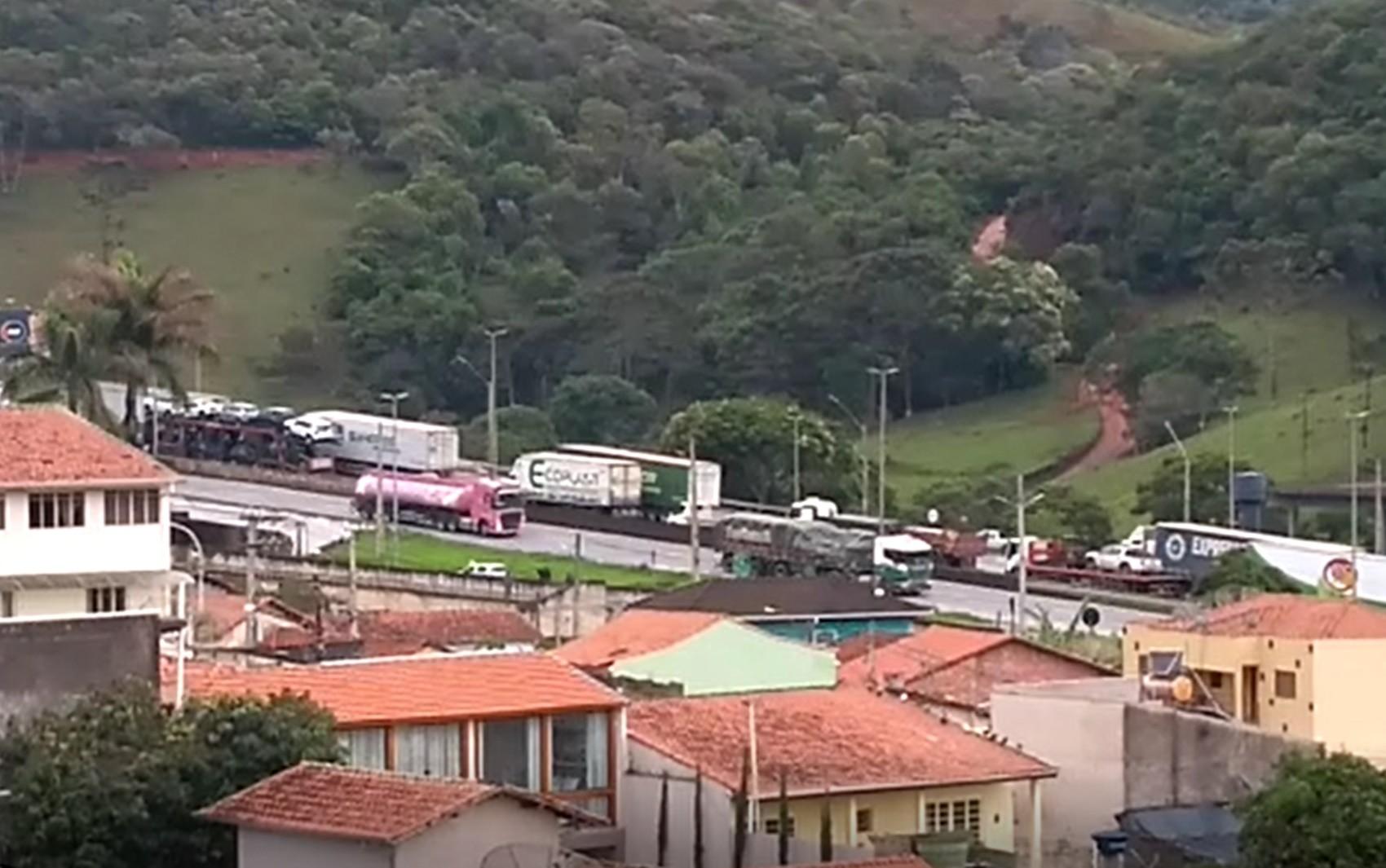 Caminhão carregado com garrafas de vidro tomba e causa congestionamento na BR-381, em Camanducaia, MG