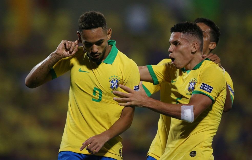 Matheus Cunha vibra com Paulinho e Pedrinho: Brasil 3 x 0 Argentina — Foto: Reuters