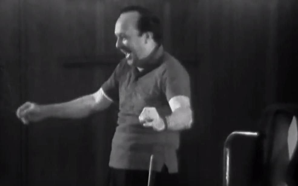 Cena do documentário 'Santoro – O homem e sua música' em que maestro Claudio Santoro durante regência — Foto: YouTube/Reprodução