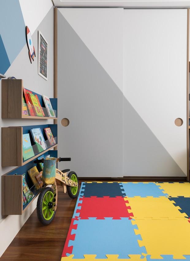 Armário em MDF amadeirado da marca Arauco, modelo Autentic Trend, desenhado pelo RAWI Arquitetura + Design e executado pela marcenaria Daff Móveis. O piso original do apartamento foi mantido (Foto: Lufe Gomes / Divulgação)