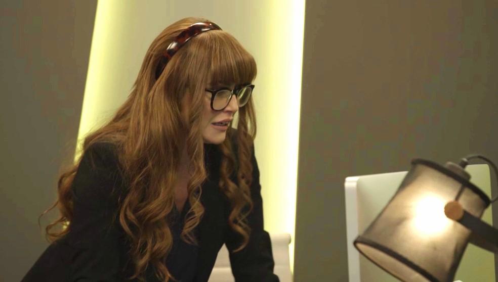 Alexia (Deborah Secco) entra escondida na sala de Renzo (Rafael Cardoso), em 'Salve-se Quem Puder' — Foto: Globo
