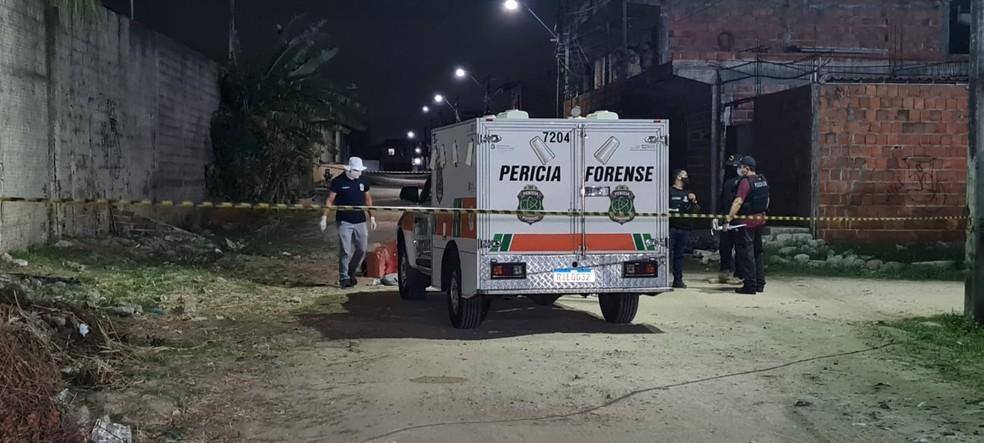 Os membros estavam envoltos em sacos plásticos, dentro de uma caixa de papelão, no Bairro Siqueira, em Fortaleza. — Foto: Rafaela Duarte/ SVM