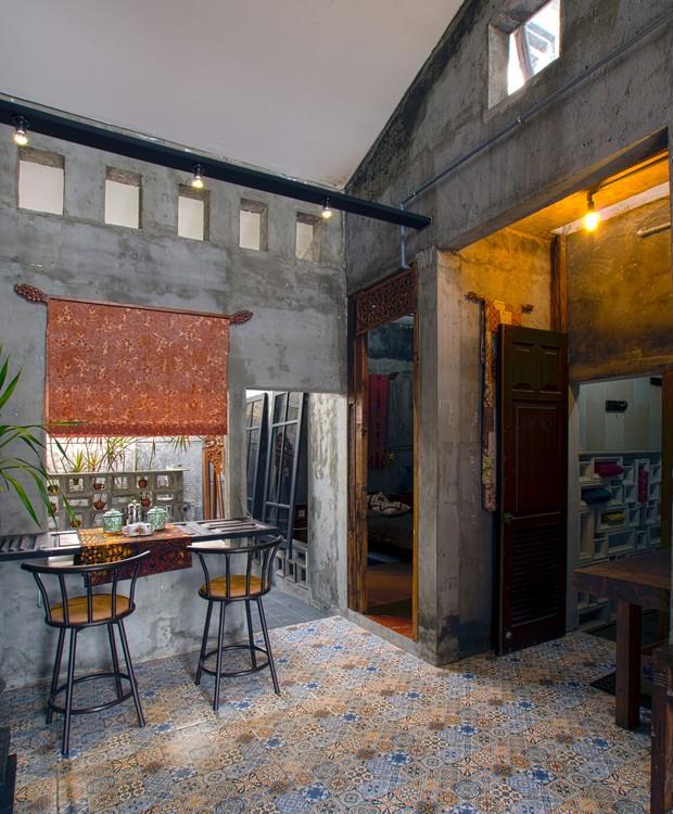 No interior da casa foi mantido o piso de azulejo típico das residências da Indonésia (Foto: gayuh budi utomo arsitek / Flickr)