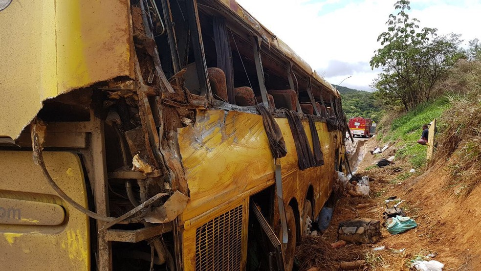 Ônibus tomba na BR-381, próximo a Brumadinho, Região Metropolitana de Belo Horizonte, e deixa mortos e feridos (Foto: Corpo de Bombeiros/Divulgação)