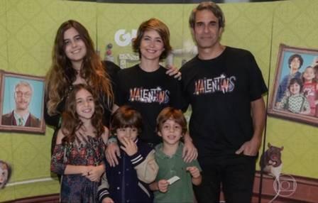 Cláudia Abreu com o marido e os filhos (Foto: TV Globo)