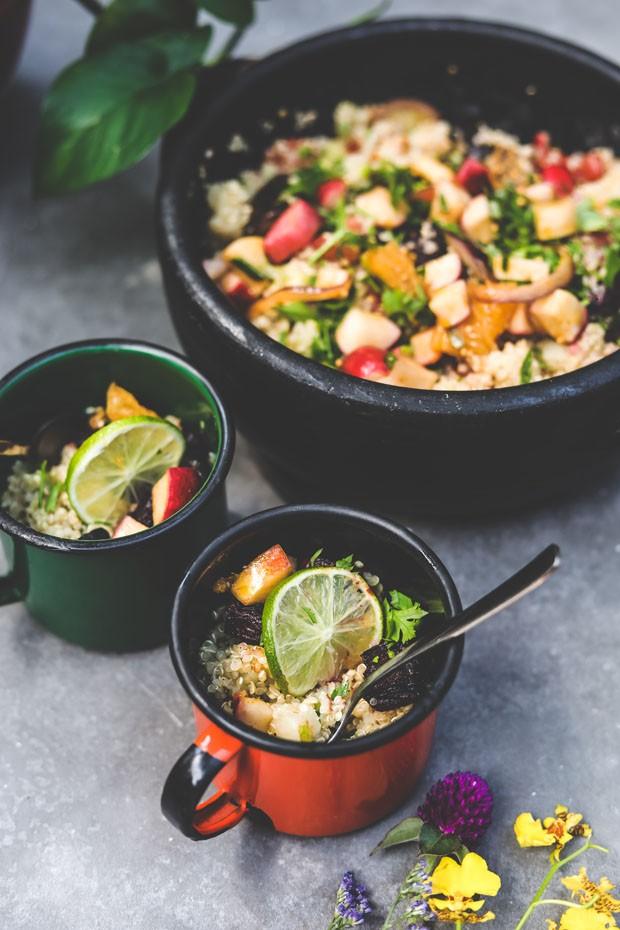 Receita de salada colorida de quinoa é perfeita para o verão (Foto: Simplesmente)