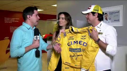 Esposa compra macacão com as cores de Senna e emociona Cacá Bueno