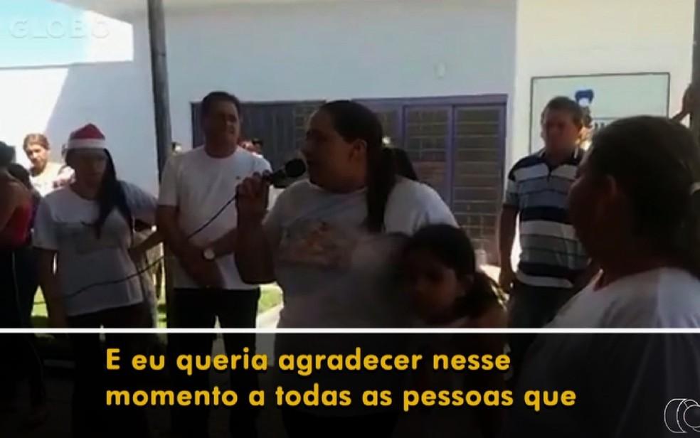 Ana Keyla Teixeira, mulher de João de Deus, discursa durante festa de Natal em Goiás — Foto: TV Anhanguera/Reprodução