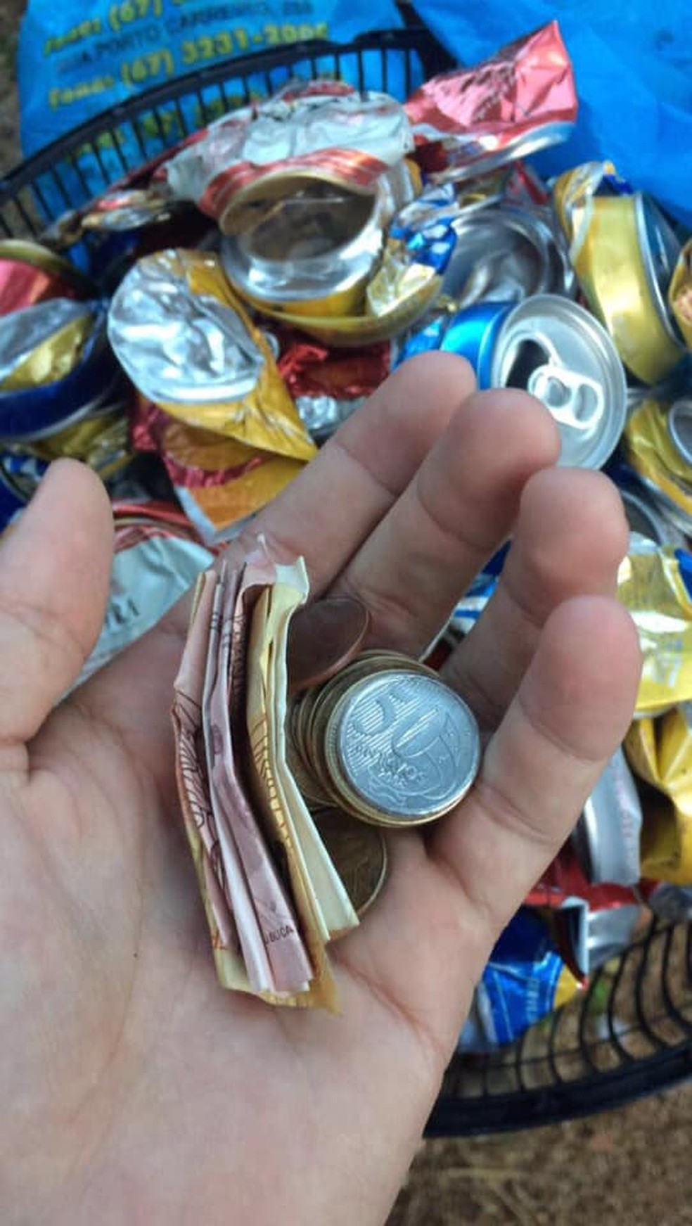 Acadêmico vende latinhas para comprar notebook e escrever TCC, em MS. — Foto: Facebook/Reprodução
