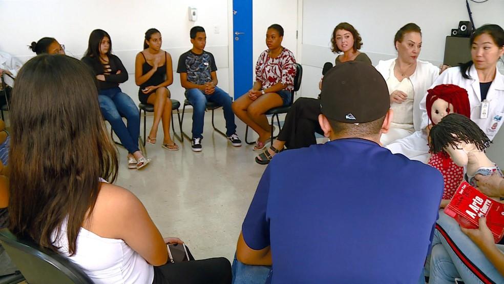 Jovens discutem sexualidade na Casa do Adolescente, em São Paulo — Foto: TV Globo