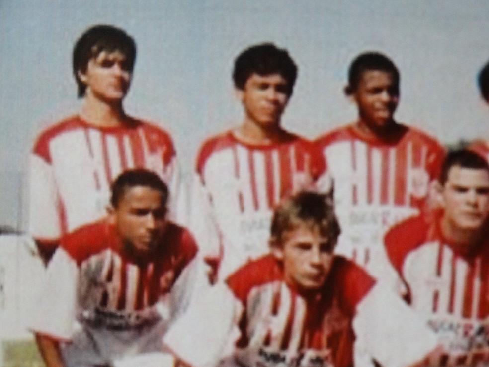 Agachado, à esquerda, Danilo defendeu o Baeta entre 2004 e 2005 (Foto: Tupynambás)