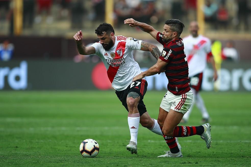 Lucas Pratto antes de ser desarmado por Arrascaeta em lance que gerou gol do Flamengo — Foto: Daniel Apuy/Getty Images