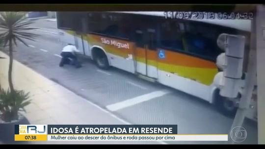 Idosa cai ao descer de ônibus e é atropelada em Resende