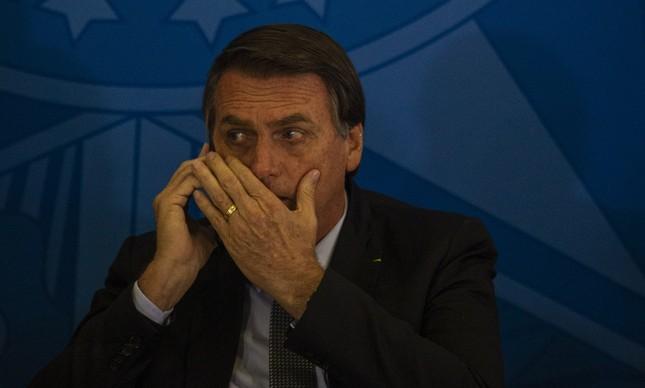 Bolsonaro fala ao telefone durante cerimônia em Brasília, em julho de 2019