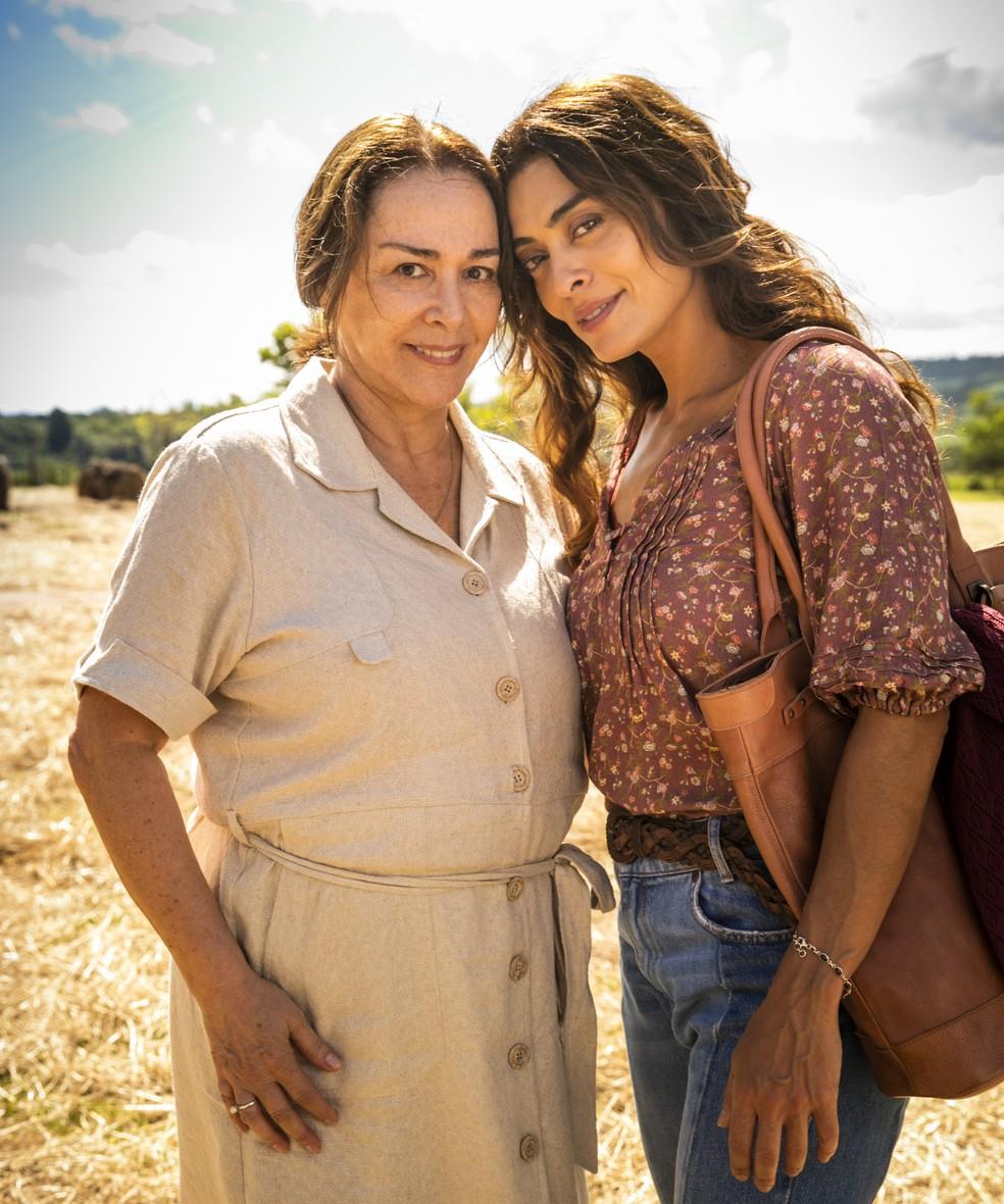 Mãe e filha, Evelina (Nivea Maria) e Maria da Paz (Juliana Paes) são muito próximas. Evelina ajuda a filha a fugir da cidade — Foto: TV Globo/João Miguel Jr.