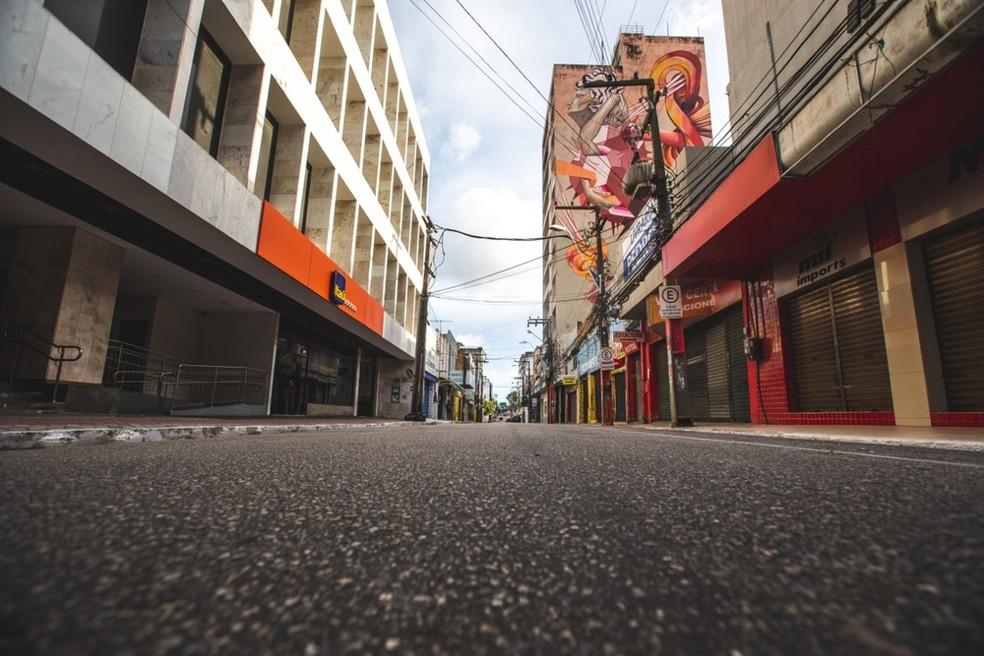 FORTALEZA - Ruas do Centro da capital cearense que rotineiramente são cheias de gente, estiveram sem movimentação em março de 2020— Foto:Thiago Gadelha/SVM
