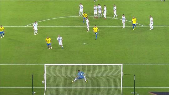Casemiro quase quebra tabu e marca gol de falta pelo Brasil, aos 38 do 2º tempo
