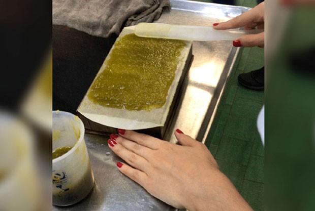 Estudantes brasileiros criam canudos biodegradáveis feitos de abacaxi (Foto: Divulgação)