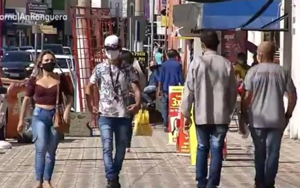 Ruas movimentadas em Luziânia, no Entorno do Distrito Federal, após reabertura de comércios — Foto: Reprodução/TV Anhanguera