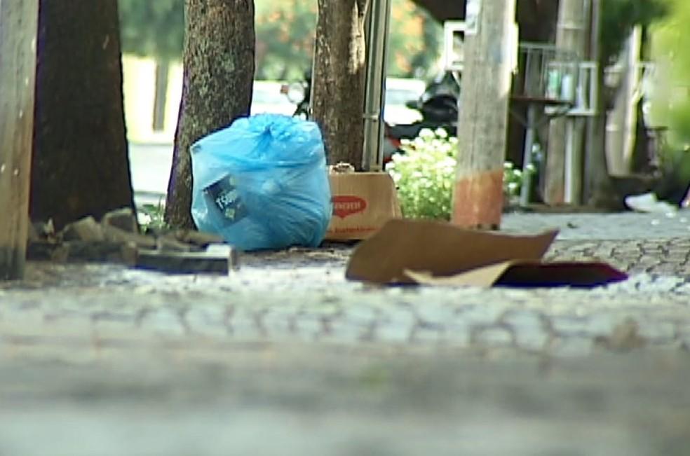 Lixo jogado nas ruas e em locais impróprios podem gerar danos à saúde — Foto: Reprodução/TV Integração