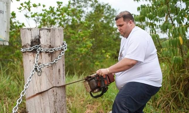 O deputado Jeferson Alves (PTB-RR) destroi bloqueio em rodovia que corta a terra indígena Waimiri Atroari