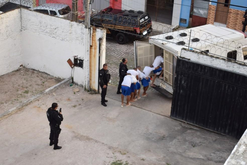 117 internos que estavam no CDP de Macaíba foram levados para a Cadeia Pública de Ceará-Mirim, na Grande Natal — Foto: Seap/RN