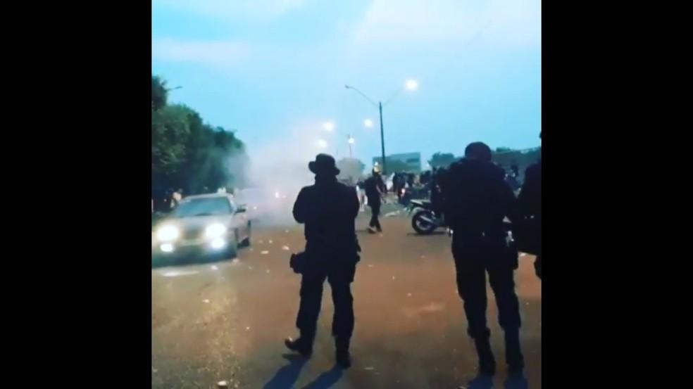 Policiais lançam gás para dispersar público aglomerado — Foto: Reprodução