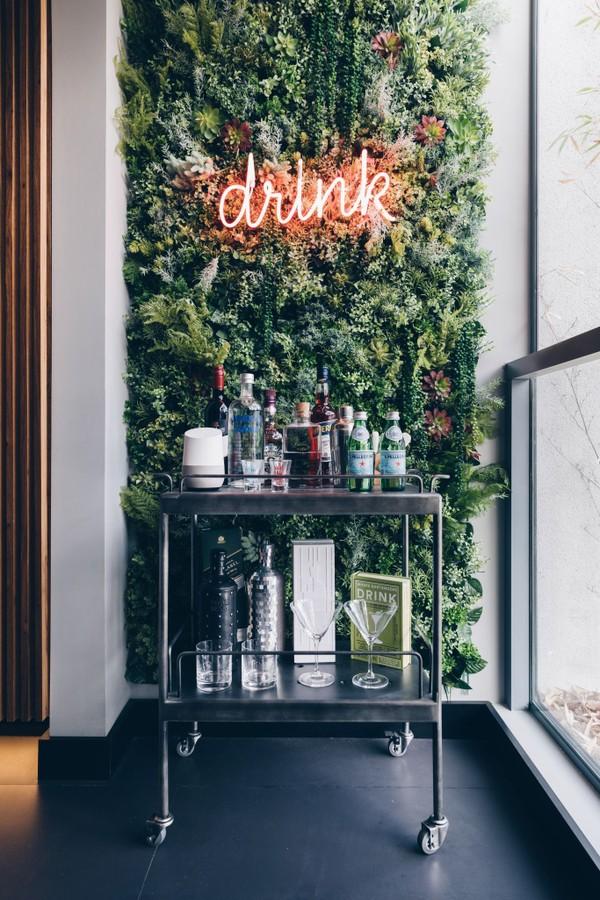 Bar na sala: 10 ideias de decoração para deixar seu cantinho um charme (Foto: Reprodução / Pinterest)