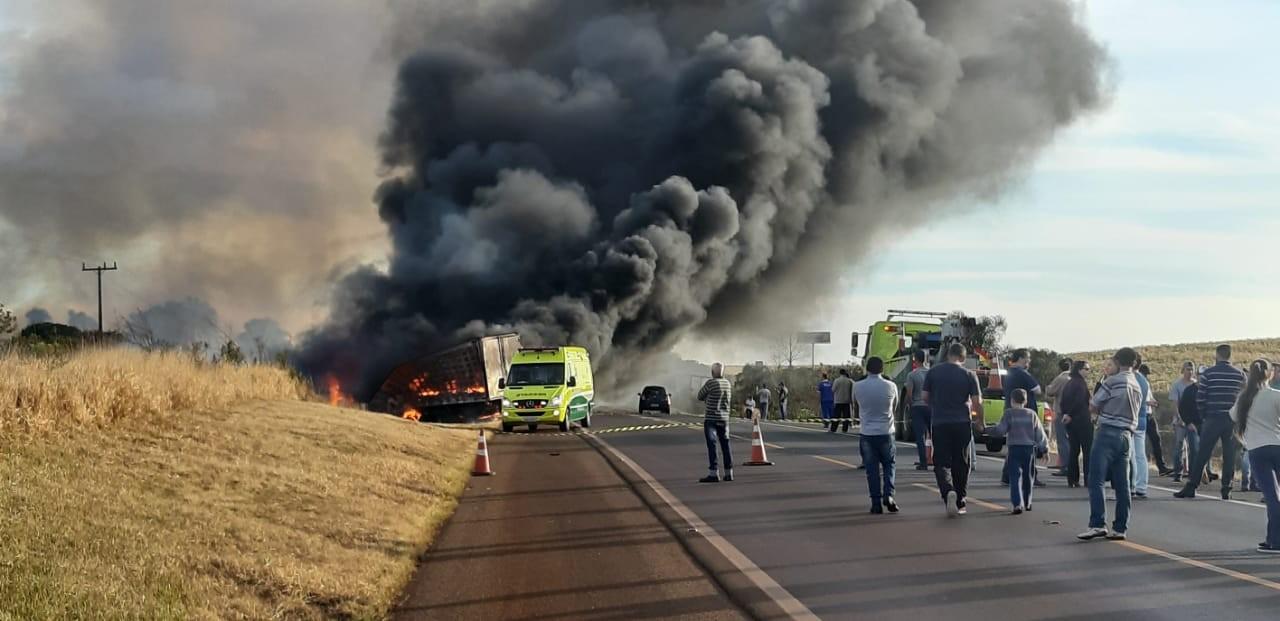 Cinco pessoas ficam feridas em acidente entre dois caminhões e três carros na BR-277; vídeo - Notícias - Plantão Diário