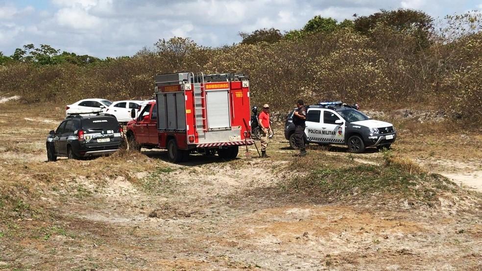 Equipes da Polícia Civil, PM e Corpo de Bombeiros foram chamados ao local onde o corpo foi encontrado enterrado — Foto: Kleber Teixeira/Inter TV Cabugi