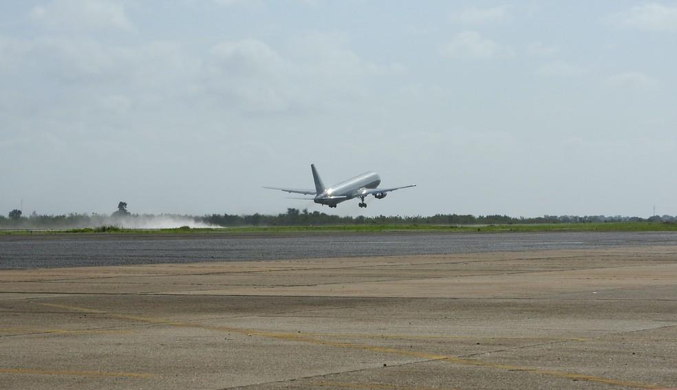 Aeronave da FAB decolou de Boa Vista às 8h27 desta sexta (4) (Foto: Alan Chaves/G1 RR)