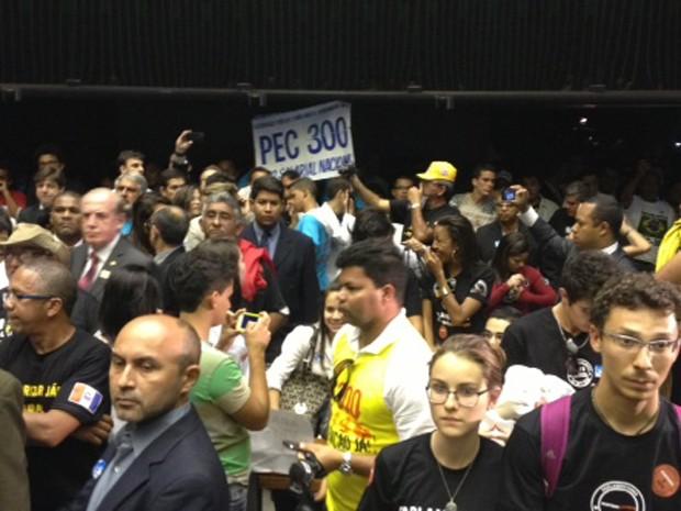 Policiais protestam no plenário da Câmara pela votação da PEC 300 (Foto: Fabiano Costa/ G1)