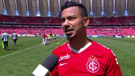 """Após dois gols anulados do Inter, Lindoso simula uso do VAR e """"brinca"""": """"Três para valer um"""""""