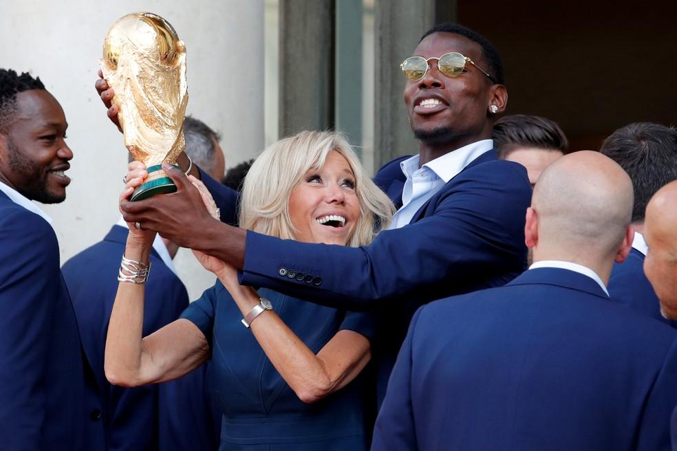 Brigitte Macron, esposa de Emmanuel Macron, levanta a taça com Paul Pogba (Foto: Reuters)