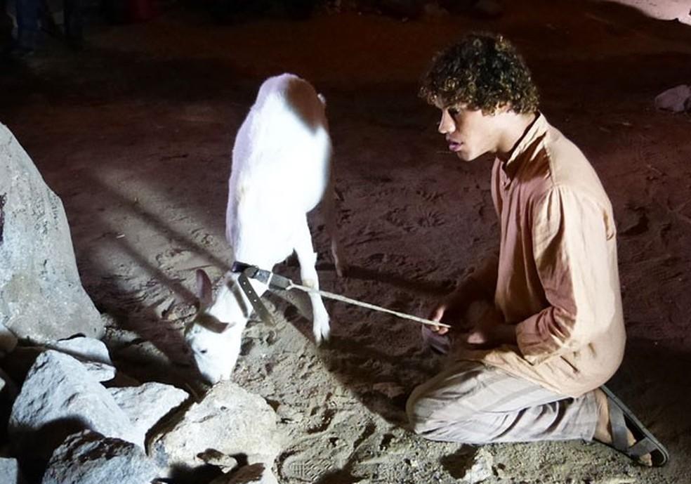 Em 'Flor do Caribe', a cabra de Candinho (José Loreto) é quem ajuda Cassiano (Henri Castelli) a achar a pedra preciosa — Foto: Globo
