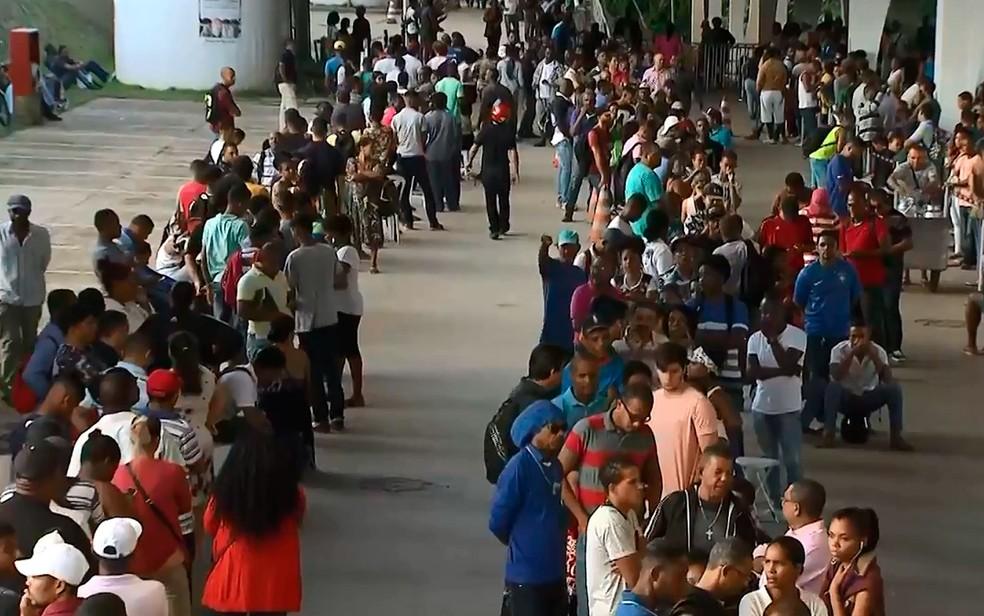 Fila na sede do TRE-BA na manhã desta quarta-feira (9) (Foto: Reprodução / TV Bahia)