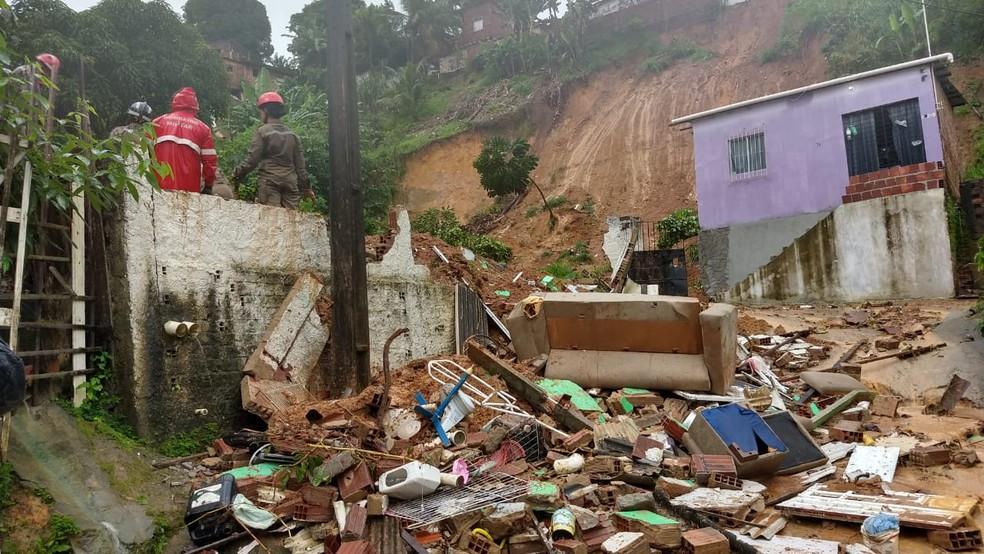 Deslizamento de barreira na Estrada do Passarinho, em Olinda, deixou dois idosos mortos nesta quarta-feira (24) — Foto: Wanessa Andrade/TV Globo